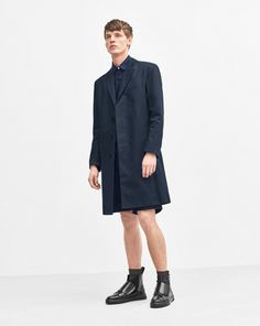 A staple for spring, this classic coat has a linen texture with a sharp fit and a water-repellent finish. Four in-seam pockets. One back vent. Fully lined.