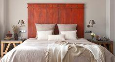 Pour une ambiance champêtre dans votre chambre, créez facilement cette tête de lit en bois et décorez un pan de mur par la même occasion.