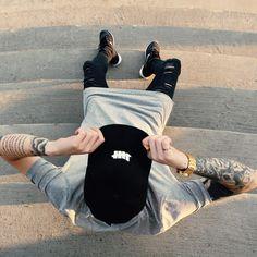 roba d'estil urbà per acompanyat d'una gorra negre, samarreta gris llarga i…