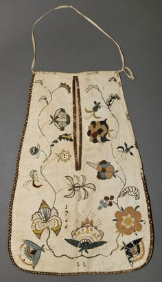 Teddy makes and embroiders a pocket for Kate, very much like this one. Pockets were worn under a lady's petticoats, and secured about the waist by tying on with a length of tap. They were then accessed through a slit in the petticoat. 18th Century Clothing, 18th Century Fashion, Antique Clothing, Historical Clothing, Sewing Pockets, Textiles Sketchbook, Winterthur, Doll Accessories, Textile Fiber Art