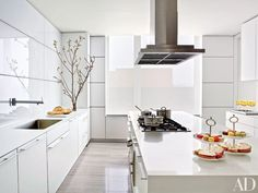 Architectural Digest is one of the absolute trendsetters when it comes to home design. Today, we bring you some fabulous kitchen design ideas for you to inspire Contemporary Kitchen Inspiration, White Contemporary Kitchen, White Marble Kitchen, White Kitchen Cabinets, Neutral Kitchen, Kitchen Walls, Kitchen Paint, Modern Contemporary, Architectural Digest