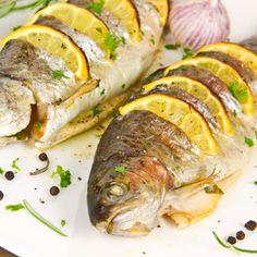 Aromatyczny pstrąg pieczony - Pełnia Smaków | świetnie sprawdzi się dla osób będących na diecie! Łatwy w przygotowaniu, a smakuje niezwykle wykwintnie Diet Recipes, Recipies, Xmas Food, Fish Dishes, I Love Food, Grilling, Pork, Food And Drink, Turkey