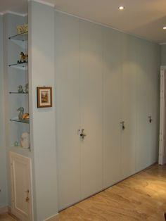 Armadio a muro in stile moderno, realizzato in tiglio finitura azzurra. Ante battenti.