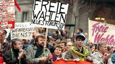 """""""Freie Wahlen"""" fordern Demonstranten auf Plakaten am 4. November 1989 in Ostberlin während der bislang größten nichtstaatlichen Demonstration in der DDR. (picture alliance / dpa /  Martti Kainulainen)"""
