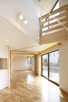 オーワークスが横浜市青葉区にSE構法で建築した注文住宅です。シンプルな外観デザインに無垢の木製玄関ドアが特徴的です。回遊性のある動線計画とこわだりのジャスルームがある建物です。 Divider, Stairs, Room, Furniture, Home Decor, Bedroom, Stairway, Decoration Home, Room Decor