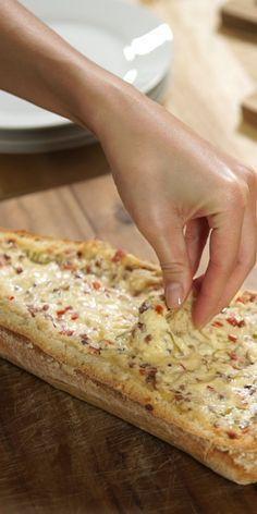 Das gefüllte Raclette Brot ist mehr als nur Brot! Du kannst wie beim Käse-Fondue kleine Brotstücke in eine leckere Käsemischung mit Paprika und Frühlingszwiebeln dippen! Der Käse befindet sich dabei im ausgehöhlten Ciabatta-Brot. Einfach genial lecker.