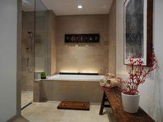 """Bath remodel ideas - """"Asian Bench and Bali Panels Give Zen Flair to Spa"""" Las velas a ras de la bañera quedan muy bien.  Podría poner algo así en mi bañera."""