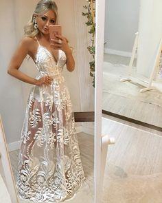 Ele chegou!!! 😍😍😍 O modelo mais DESEJADO, na cor mais PEDIDA!!! 😱😱🙌🙌 Sem palavras para descrever o que é esse vestido no corpo 💕 De princesa!! 💖 IN LOVE! ( e vem com a opção de forro longo também ✨) Prom Dresses, Formal Dresses, White Outfits, Pretty Dresses, Dress Skirt, Wedding Gowns, Ideias Fashion, Ball Gowns, Party Dress