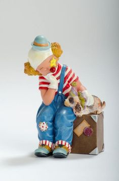 Suitcase full of Memories  Reference: 726431 Sizes: 15 cm - 5 7/8 Limited edition: Numbered edition  http://thecollectorsboutique.com/en/63-the-art-of-enchantment  #decoration #sale #porcelain #home decor #clown #figurine