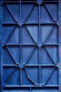 blue interior trend - blue interiors - blue walls - colour trends 2017 - colour 2017 - denim drift - colour of the year 2017 - blue paint trend - dulux denim drift Dark Interiors, Colorful Interiors, Love Blue, Blue And White, Dark Blue, Denim Drift, Pop Art, Color Celeste, Bleu Indigo