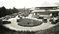 Geparkeerde auto's voor het Grand Hotel Brastagi. 1925-1940
