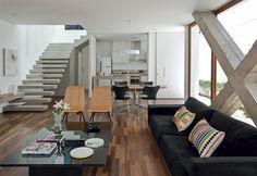 O X estrutural, igualmente de concreto: elemento construtivo com status de obra de arte. Almofadas da By Design.