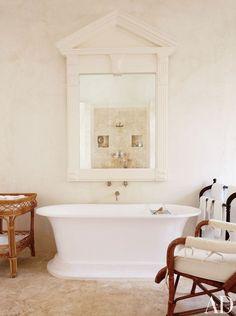 Salle de bains beige - baignoire / photo oberto gili   AD