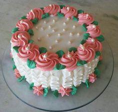bolo decorado com chantilly feminino Cake Decorating Piping, Cake Decorating Designs, Cake Decorating Techniques, Cake Decorating Tutorials, Cake Designs, Cookie Decorating, Cake Icing, Buttercream Cake, Cupcake Cakes