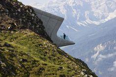 Construido por Zaha Hadid Architects en Province of Bolzano - South Tyrol, Italy con fecha 2015. Imagenes por Werner Huthmacher. Incrustado en la cima del monte Kronplatz, a 2,275 msnm en el centro de la estación de esquí más popular de Tirol del...