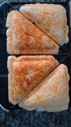 INGREDIENTES 3 colheres sopa de polvilho doce 3 colheres sopa de leite 3 colheres sopa de parmesão ralado 1 ovo sal a gosto PREPARO Em uma vasilha, misture bem todos os ingredientes. Com a sanduicheira aquecida, despeje a mistura e feche a sanduicheira. Deixe assar por volta de 4 minutos. Abra a sanduicheira com cuidado …