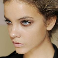 (model: Barbara Palvin) This is staff favorite for the perfect make up to compliment lashes. Nude lip, dewy make up, and most important sparkling taupe smoky eye. Gold is a really beautiful way to sparkle your eyes without going over the top. Barbara Palvin, Gold And Brown Eye Makeup, Bridal Makeup, Wedding Makeup, Pretty Makeup, Makeup Looks, Simple Makeup, Stunning Makeup, Perfect Makeup