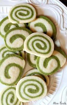 Matcha Green Tea Cookies with spiral swirl pattern. The cookie recipe is naturally colored green by the matcha tea without any artificial dyes. Swirl Sugar Cookies, Green Tea Cookies, Green Tea Dessert, Matcha Dessert, Matcha Cookies, Green Tea Recipes, Organic Matcha, Bath Bomb Recipes, Pie Cake