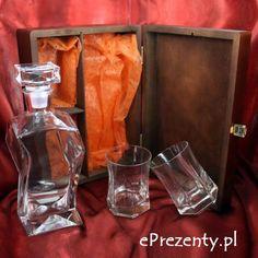 Wspaniały zestaw ze szkła składający się z karafki oraz dwóch szklanek umieszczony w drewnianym pudełku będzie efektownym prezentem, który zrobi pozytywne wrażenie na mamie i tacie oraz gościach. http://bit.ly/1q5clNe