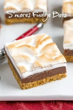 S'mores Fudge Bars – Graham cracker crust, fudgy center and marshmallow topping!… S'mores Fudge Bars – Graham cracker crust, fudgy center and marshmallow topping! French Desserts, Summer Desserts, Fun Desserts, Delicious Desserts, Yummy Food, Smores Dessert, Paleo Dessert, Dessert Bars, Smores Pie
