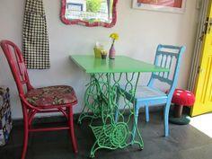 AMO cadeiras coloridas e pé de máquina de costura