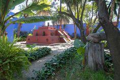 Museo Frida Kahlo - PIRAMIDE  Rivera mandó construir una pirámide con escalinata a tres niveles. En la sección inferior se empotraron cráneos tallados en basalto y se colocaron piezas arqueológicas. Una palapa alta, a la usanza de las culturas prehispánicas, cubría esa parte de la pirámide así como las piezas arqueológicas que se encontraban sobre ella. En el área del jardín también se edificó una habitación pequeña. En su frente se empotraron piedras con la efigie de Tláloc, dios de la…