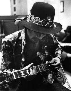 Jimi Hendrix plays a Goya guitar that Seymour had just adjusted for him. Easy Guitar, Guitar Tips, Cool Guitar, Guitar Lessons, Jimi Hendrix Experience, Hard Rock, Jimi Hendricks, Hey Joe, Psychedelic Music