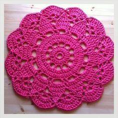 super Ideas for crochet doilies placemat rugs Mandala Au Crochet, Crochet Circles, Crochet Doily Patterns, Crochet Doilies, Crochet Flowers, Crochet Stitches, Crochet Home, Love Crochet, Crochet Granny