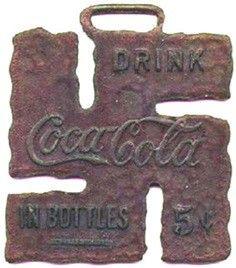 Breloczek reklamowy Coca-Coli z 1925 roku w kształcie swastyki.