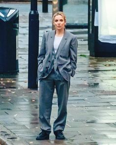 Looks Villanelle Killing Eve usando terno cinza oversized com tênis preto. Villanelle's costumes for Killing Eve. Grey oversized suit with white t-shirt and black boots. Miu Miu, Jodie Comer, Retro Outfits, Wedding Suits, Wedding Dress, Suits For Women, Work Wear, Ideias Fashion, Personal Style