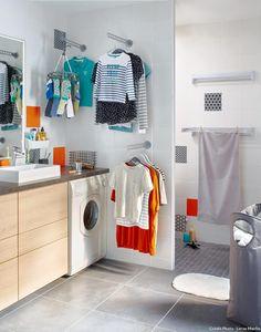 bien pratiques les portes cintres muraux rabattables dans la salle de bains ou la