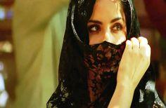 She didnt wear jewels, she had her eyes... Hz. Ali
