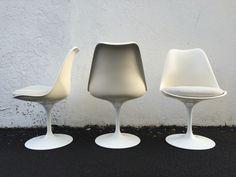 3 chaises Tulip par Eero Saarinen édition Knoll International années 60. Coque en fibre de verre laquée blanc et pieds en fonte d'aluminium recouverts de rilsan.