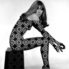 Circle patterned projection on model by John French, Mod Fashion, 1960s Fashion, Fashion Models, Vintage Fashion, Womens Fashion, Fashion Black, London Fashion, High Fashion, Fashion Shoes