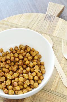 Een lekkere en gezonde snack, geroosterde kikkererwten! Super makkelijk te maken en zo klaar. Ze zijn net zo knapperig als borrelnootjes.