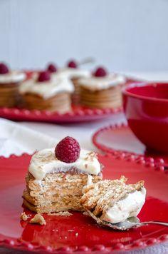 Ai jesus, este bolo é tão bom, tão bom! Aposto que também vai tornar-se no vosso bolo de bolacha preferido! Tem doce de leite, chocola...