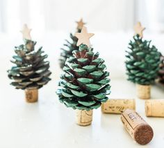 Easy to make wine cork crafts for Christmas. These Christmas crafts are a blast to make. Alternative Christmas Tree, Mini Christmas Tree, Christmas Ornaments, Ornaments Ideas, Pinecone Ornaments, Snowflake Ornaments, Holiday Tree, Christmas Lights, Christmas Holidays