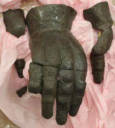 Hourglass Gauntlet, Historiska Museet, Stockholm ref_arm_1342 Date: 1370-1400