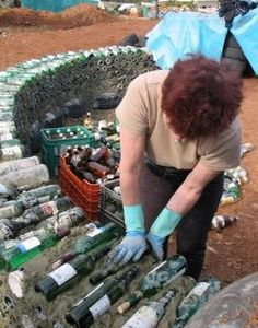Spain Earthship Images - completely self sustaining DIY homes made of recycled garbage. Our GM has a similar wine bottle wall at her bach made from our empties! Build extra storage house inspired by Earth Ships Beautiful homes made from recycled materials Maison Earthship, Earthship Home, Earthship Design, Earthship Biotecture, Natural Building, Green Building, Building A House, Bottle House, Bottle Wall