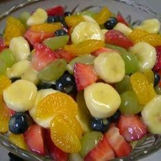 Fruit Salad to Die For! // the only sweetener in this salad is a box of vanilla instant pudding and the juice from a can of pineapple. Jost Jost Archer this is the fruit salad i was talking about! Creamy Fruit Salads, Fruit Salad Recipes, Jello Salads, Recipes With Fresh Fruit, Healthy Fruit Salads, Easy Salads, Fruit Salad Making, Easy Fruit Salad, Breakfast Fruit Salad