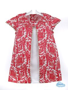 Vestido de bebé y niña de verano,confeccionado en batista estampada en cachemir de color rojo coral y beis con el centro blanco y ribeteado de piquillo en beige http://www.pequesybebes.es/outlet-ropa-bebe/212-vestido-outlet-nina-bebe-batista.html.