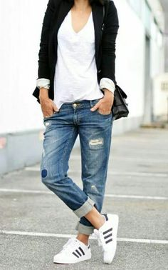 Boyfriend jeans are super comfortable and stylish, but it can be sometimes hard to put an outfit together . We've collected 21 of these simple/casual outfits that go perfect with any type of boyfriend jeans. Fall Outfits, Casual Outfits, Cute Outfits, Casual Shirts, Tomboy Outfits, Outfit Winter, Sneaker Outfits, 30 Outfits, Dress Casual