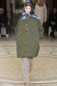Stella McCartney Winter 2017 Runway Show Look 6 Fashion Images, Love Fashion, Fashion Show, Womens Fashion, Fashion Design, Fashion Trends, Long Puffer Coat, Winter Stil, Quilted Jacket