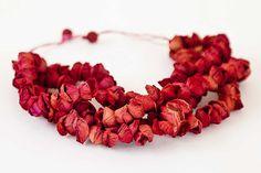 "Collier rouge en papier d'Ana Hagopian, artiste espagnole. Collier ""liserons"" : http://www.anahagopian.com/ftp/productos/collares/necklace_campanula_white.jpg"