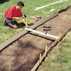 Build strong, crack-free concrete sidewalks and slabs with these 10 pro tips. Tips include forming edges, leveling, smoothing, curing and other vital steps in creating a first-rate concrete pour. Also (Patio Step To Lawn) Concrete Pathway, Concrete Bricks, Concrete Forms, Concrete Driveways, Poured Concrete, Concrete Projects, Outdoor Projects, Walkways, How To Lay Concrete