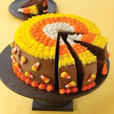 Corn Chocolate Cake The perfect centerpiece for your Halloween party. Each slice will look like a piece of candy corn!The perfect centerpiece for your Halloween party. Each slice will look like a piece of candy corn! Halloween Desserts, Halloween Treats, Halloween Party, Halloween Baking, Halloween Chocolate, Cute Halloween Cakes, Halloween Celebration, Halloween Table, Halloween Horror