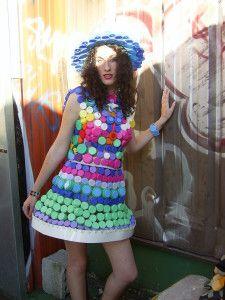 """""""la robe à bouchons"""" et chapeau Robe réalisé pour mon projet de fin d'étude, ESIMode 3ème année, avec des bouchons de plastiques assemblés par du fil de crin ,portée par Amandine. [Pour cette création « vestimentaire-objet », je désirais utiliser un des..."""