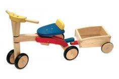 Een robuuste houten loopfiets van I 'm Toy in de kleuren rood, blauw en geel van I'M Toys. Een stevige loopfiets voor Peuters, inclusief houten aanhangwagen. De wielen hebben een rubberen rand voor bescherming van de vloer.