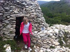 Une randonnée familiale à la découverte des merveilles de la garrigue autour du charmant village de Combas. Lire le témoignage d'Aline : http://www.sortie-famille-gard.com/randonnee-merveilles-de-garrigue/