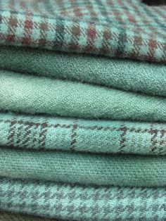 Das wäre ein Traum in mint This soothing color has always been a favorite of mine. Paired with an elegant taupe Shades Of Turquoise, Shades Of Green, Textiles, Tartan, Plaid, Turquoise Cottage, Soothing Colors, Penny Rugs, Wool Applique